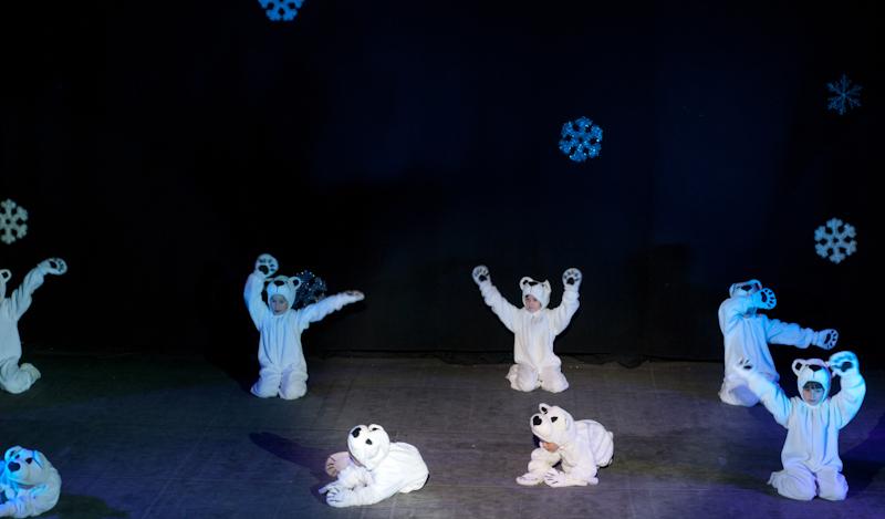 Танец белых мишек